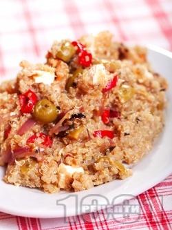 Средиземноморска салата с киноа, пилешко месо от филе, чушки, маслини и сирене - снимка на рецептата